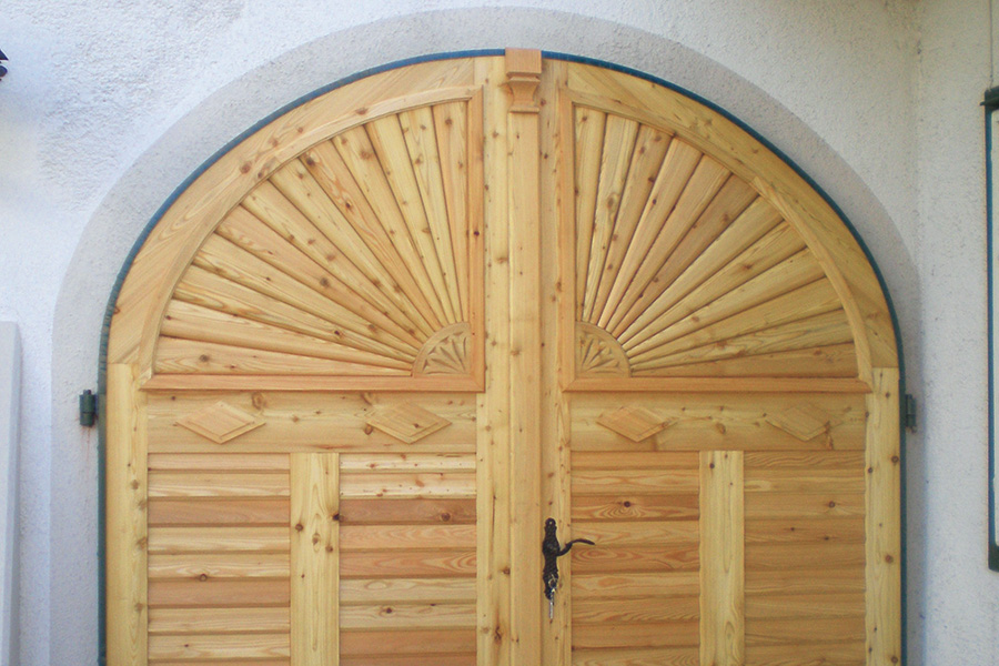 Traditionelle Holztore nach historischen Vorbildern